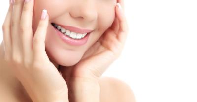 白い歯の女性